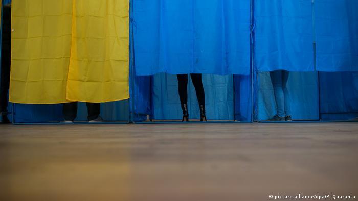 Избиратели на одном из киевских участков для голосования