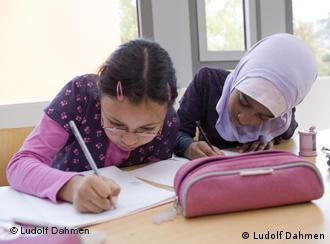 Kindern beim Lernen im Klassenzimmer (Foto: Ludolf Dahmen)