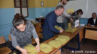 İzmir'de sandıkların açılması sonrasında oy sayım ve tasnif işlemi
