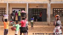 20.12.2018 Lomé, Togo Die Wähler sehen sich eine Wählerliste an, wenn sie am 20. Dezember 2018 während des Abstimmungsverfahrens für die Parlamentswahlen vor einem Wahllokal im Toko in-in Lome vorbeigehen. - In Togo finden Parlamentswahlen statt, bei denen 14 Oppositionsparteien sie boykottieren.