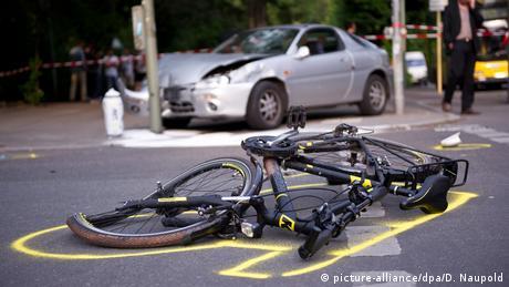 Велосипед и автомобиль после ДТП