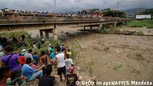 Venezuela Flüchtlinge an der Grenze zu Kolumbien bei Cucuta am Fluss Tachira