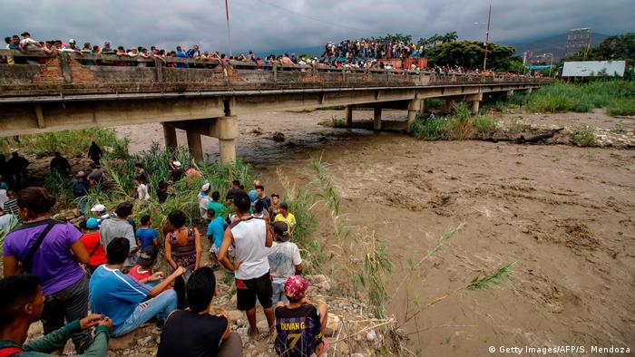 Venezuela refugees by the river Tachira