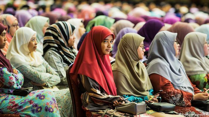 Muslim women listening to speech held by Sultan Hassanal Bolkiah - Neue Gesetze