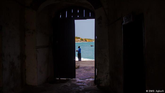 View through a narrow door to the ocean (DW/D. Agborli)