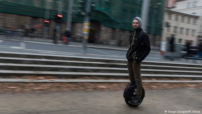 مونو ویل یا تک چرخه، موتوری الکتریکی به قدرت ۴۰۰ تا ۱۰۰۰ وات دارد. وزن تک چرخه ۱۰ تا ۱۵ کیلوگرم و حداکثر سرعت آن ۲۰ کیلومتر در ساعت است. شتاب و توقف این وسیله با پنجه و پاشنه پا تنظیم میشود. با هر بار شارژ، تک چرخه میتواند تا یک مسافت۴۰ کیلومتری زیر رکاب شما باشد.