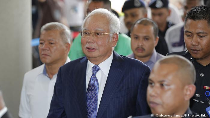 Najib Razak, der frühere Ministerpräsident Malaysias, auf dem Weg zu einem Gerichtstermin im April vergangenen Jahres (Foto: picture-alliance/AP Photo/V. Thian)
