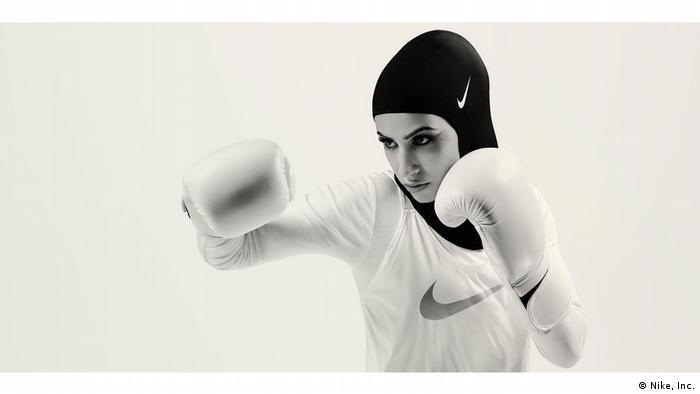 Eine Boxerin im Ganzkörper-Outfit von Nike (Nike, Inc.)
