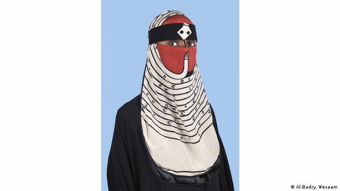 Eine Frau mit Tuch, das Kopf und Hals bedeckt (Al-Badry, Wesaam)