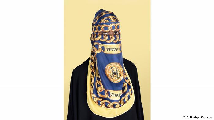 Nur die Augen dieser Frau sind hinter dem modischen Kopftuch sichtbar (Al-Badry, Wesaam)
