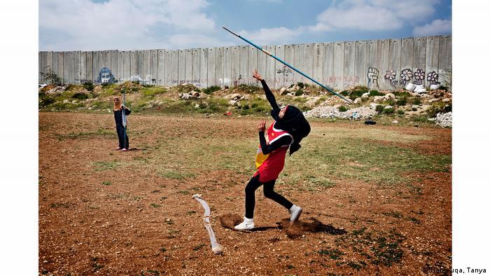 Junge Musliminnen üben Speerwerfen. (Habjouqa, Tanya)