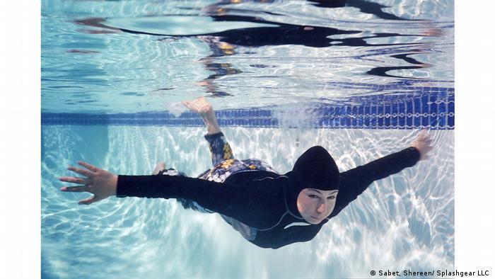 Eine Muslima schwimmt im Hijab-Badeanzug. (Sabet, Shereen/ Splashgear LLC )