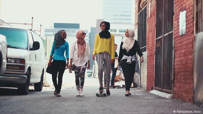 Vier junge Frauen mit Kopftuch gehen eine Straße entlang (Aghajanian, Sara )
