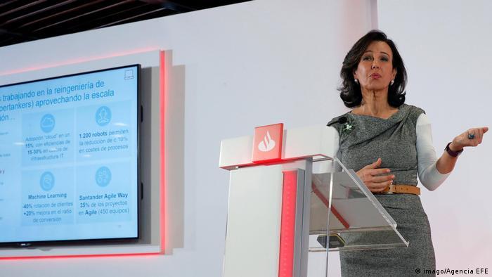 Die Vorsitzende der spanischen Santander Bank Ana Botin präsentiert die Ergebnisse der Santander-Gruppe für 2018 während einer Pressekonferenz. (imago/Agencia EFE)