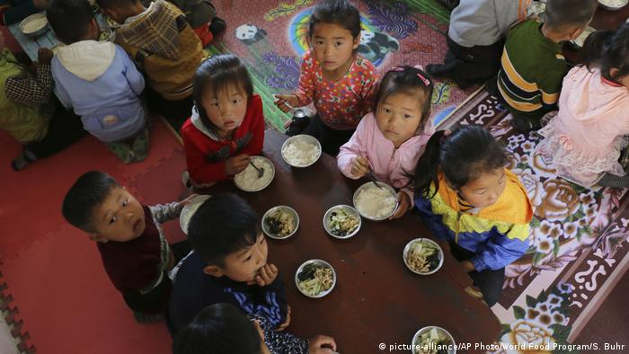 Anak-anak tengah makan bersama di sebuah TK di Korut (picture-alliance/AP Photo/World Food Program/S. Buhr)