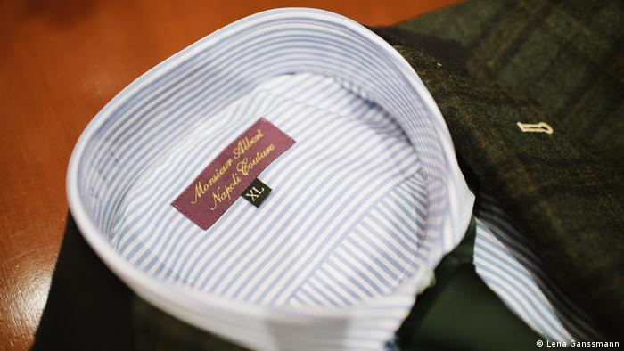 a striped shirt, in the collar is a small sign with the inscription Monsieur Albert, Napoli Couture and the size XL (Foto: Lena Ganssmann).