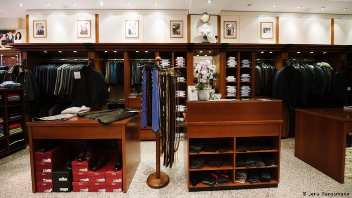 Mennwear shop with suits, shirts, ties and shoes (Foto: Lena Ganssmann).