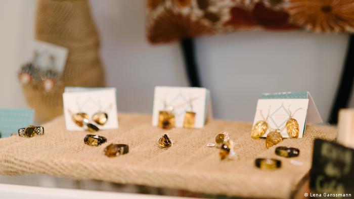 Amber earrings and rings set on brown linen fabric (Foto: Lena Ganssmann).