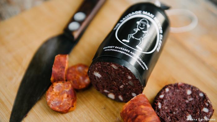 sausage cut and sliced next to a knife (Foto: Lena Ganssmann)