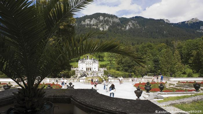 View over the garden of Linderhof palace (picture-alliance/imageBROKER)