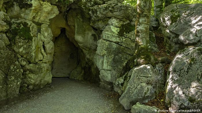 Entrance of the Venus Grotto in the garden of Linderhof palace (picture-alliance/imageBROKER)
