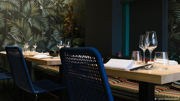 palm prints on the walls of a restaurant with set tables (Foto: Lena Ganssmann)
