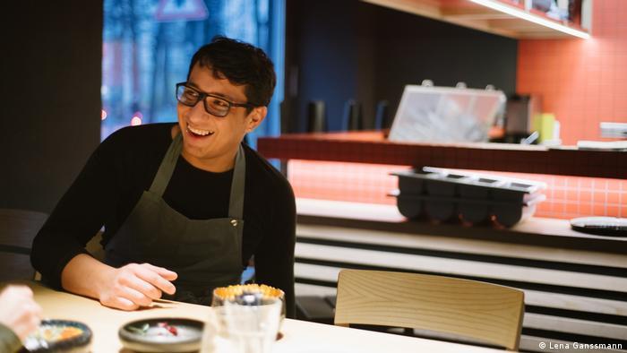 Diego Velazquez sits at a table (Foto: Lena Ganssmann)