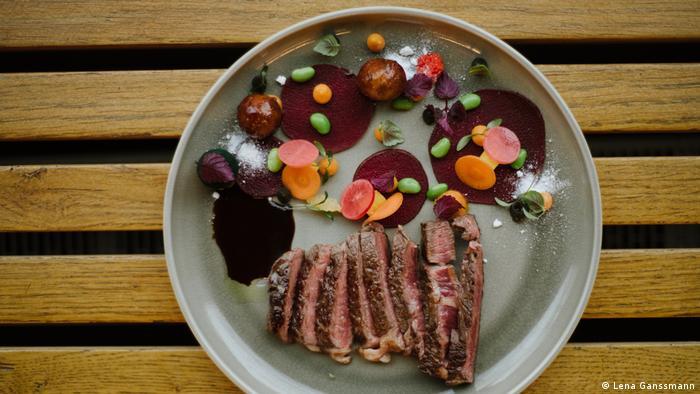 meat and vegetables on a plate (Foto: Lena Ganssmann)