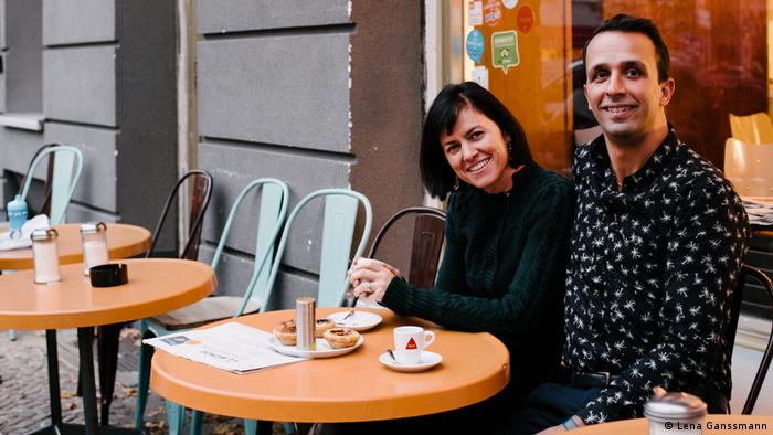 two people sitting at a cafe table (Foto: Lena Ganssmann)