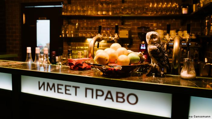 Counter view with a fruit basket and a stuffed owl (Foto: Lena Ganssmann)