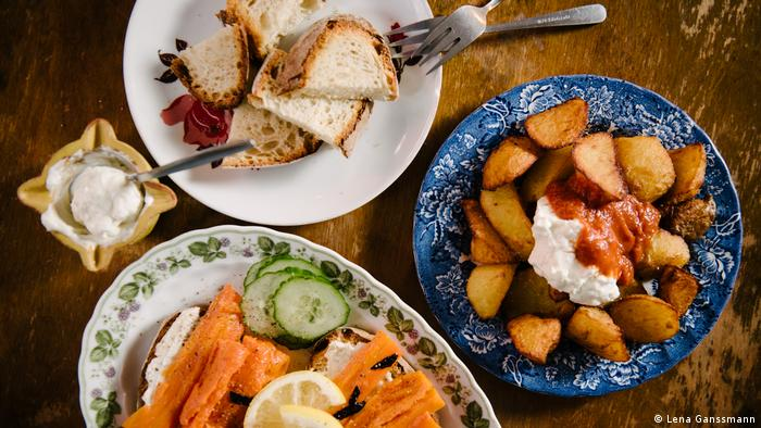 Vegan tapas selection with roasted potato wedges, white bread and braised carrots. (Foto: Lena Ganssmann)