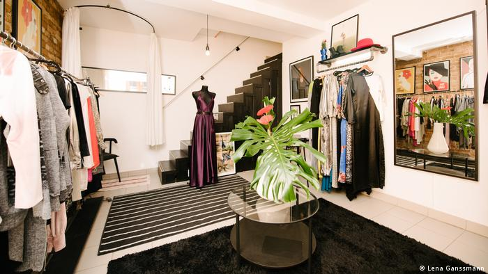 Interior of the shop, on the left and right wall are clothes racks with clothes. (Foto: Lena Ganssmann)
