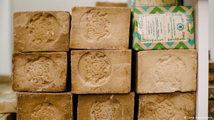 laurel soaps piled in three rows (Foto: Lena Ganssmann)