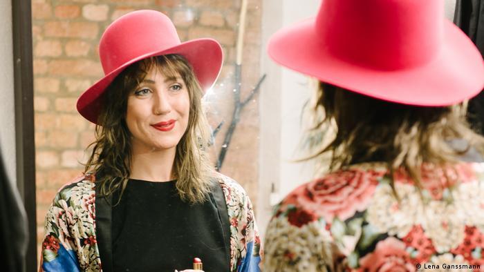 Portrait photo of Jade Helene Shimmin in the mirror with pink hat. (Foto: Lena Ganssmann)