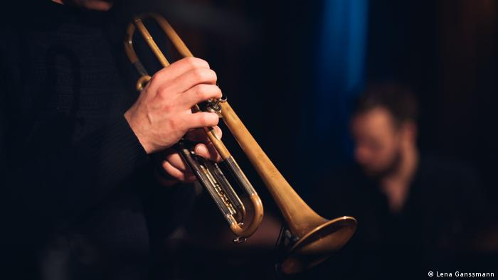 Close-up of a trumpet being played (Foto: Lena Ganssmann)