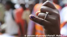 03.04.2019, Mosambik, Beira: Eine Frau zeigt ihren markierten Finger, nachdem sie eine orale Cholera-Impfung in einem Lager für Vertriebene des Zyklons «Idai» erhalten hat. Cholera breitet sich in Mosambik aus, nachdem der Zyklon «Idai» vor gut zwei Wochen Teile des Landes verwüstet und mit schweren Regenfällen weite Landstriche unter Wasser gesetzt hatte. Die WHO hat heute eine große Impfaktion gestartet. Foto: Tsvangirayi Mukwazhi/AP/dpa +++ dpa-Bildfunk +++ |