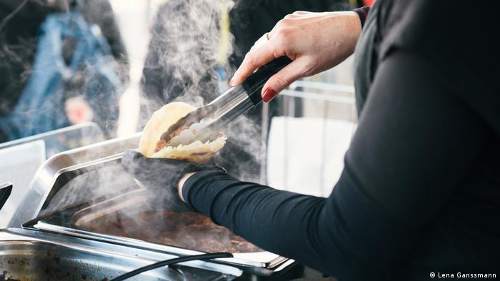 a server fills bread pockets to sell (Foto: Lena Ganssmann)
