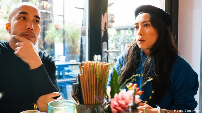 Restaurant owner Nam Cao Hoai (l) sits at a restaurant table with his sister, in-between is a container with chopsticks and forks.(Foto: Lena Ganssmann)
