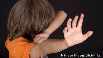Ребенок защищается от насилия