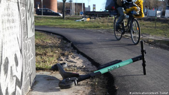 An abandoned e-scooter partially blocks a bike path (picture-alliance/dpa/S. Trumpf)