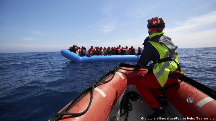 Ein Sea-Eye-Mitarbeiter steuert auf das Schlauchboot der Flüchtlinge zu (Foto: picture-alliance/dpa/Fabian Heinz/Sea-eye.org)