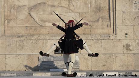 BdTD Griechenland Wachwechsel am Parlament (picture-alliance/AP Photo/P. Giannakouris)