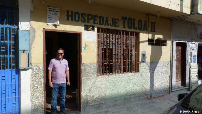 Percy Ariansen stands outside Hotel Toloa II in Tumbes (DW/O. Pieper)