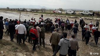 سیلزدگان پلدختر ۱۵ فروردین به استاندار لرستان و نماینده این شهر در مجلس اعتراض کردند