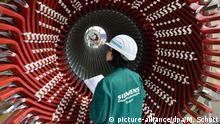 ARCHIV - Einen Generatorständer betrachtet Sandra Leißling, Mitarbeiterin der Factory Services, am 14.04.2016 im Siemens-Generatorenwerk in Erfurt (Thüringen). Der VDMA eröffentlicht am 06.02.2017 den Auftragseingang im deutschen Maschinenbau im Dezember 2016. Foto: Martin Schutt/dpa-Zentralbild/dpa +++(c) dpa - Bildfunk+++   Verwendung weltweit