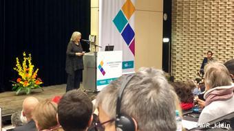 Алиса Шварцер выступает перед участниками конгресса