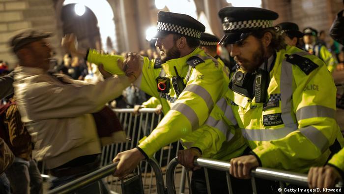 UK Pro-Brexit-Demonstranten stoßen gegen Polizisten zusammen