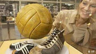 Fussballschuhe und ein handsignierter Fussballweltmeisterschaftsball von Fritz Walter