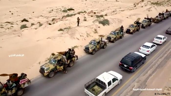 Libyen Militärwagen auf Straße (Reuters TV)
