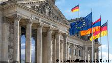 Reichstagsgebäude in Berlin mit den Flaggen von der EU, Armenien und Deutschland